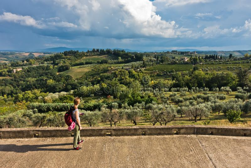 Panoramablick auf Hügel-, Weinberg-, Oliven- und Zypressenbäume, Toskana-Landschaft um San Gimignano lizenzfreie stockfotos