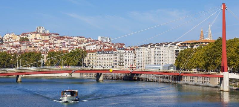 Panoramablick auf Lyon und der Saone mit Boot lizenzfreie stockfotografie