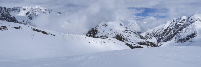 Panoramablick auf Winterberglandschaft an Skigebiet Stubai Gletscher mit Schnee umfasste Spitzen am sonnigen Tag des Frühlinges stockbilder
