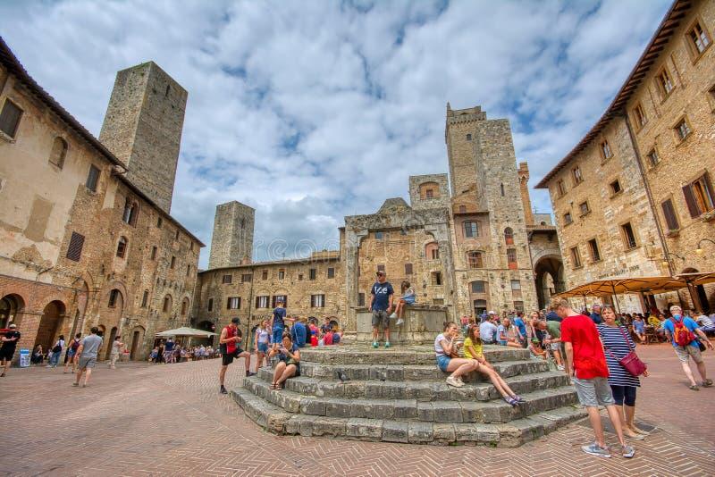 Panoramablick berühmten Marktplatz della Lymphraums in der historischen Stadt von San Gimignano an einem sonnigen Tag, Toskana, I stockfoto