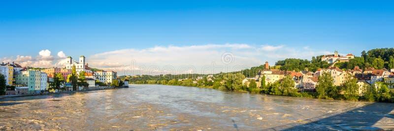 Panoramablick an den Dämmen von Gasthaus-Fluss in Passau - Deutschland stockfoto