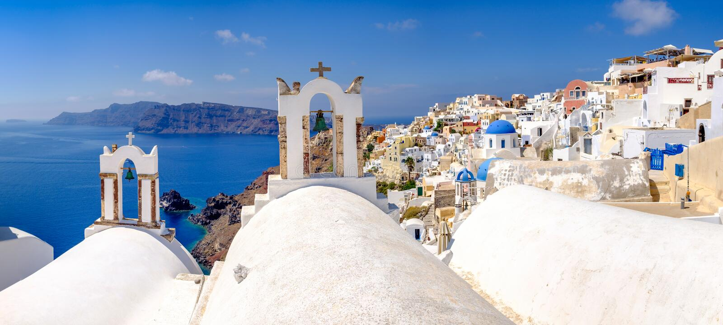 Panoramablick an den Dachspitzen des romantischen Dorfs in Santorini stockfoto