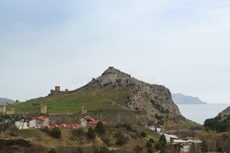 Panoramablick der alten Genoese Festung auf dem Festungsberg im beliebten Erholungsort von Sudak in der Krim bew?lkter Tag lizenzfreie stockbilder