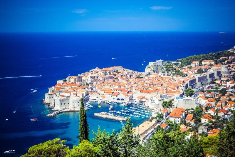 Panoramablick der alten Stadt mittelalterliches Ragusa und der dalmatinischen Küste von adriatischem Meer in Dubrovnik Blaues Mee lizenzfreies stockfoto