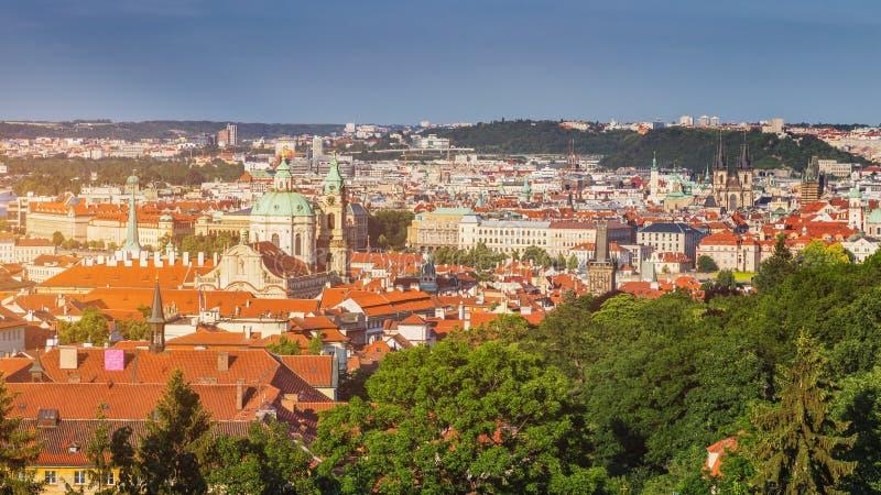 Panoramablick der alten Stadt von Prag mit mit Ziegeln gedeckten Dächern Prag, C lizenzfreies stockfoto