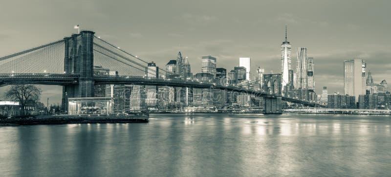 Panoramablick der Brooklyn-Brücke und des Manhattans in New- Yorkverdichtereintrittslufttemperat stockfotografie