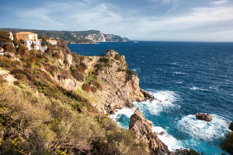 Panoramablick der Bucht mit dem Kloster und dem Meer in blassem stockfotos