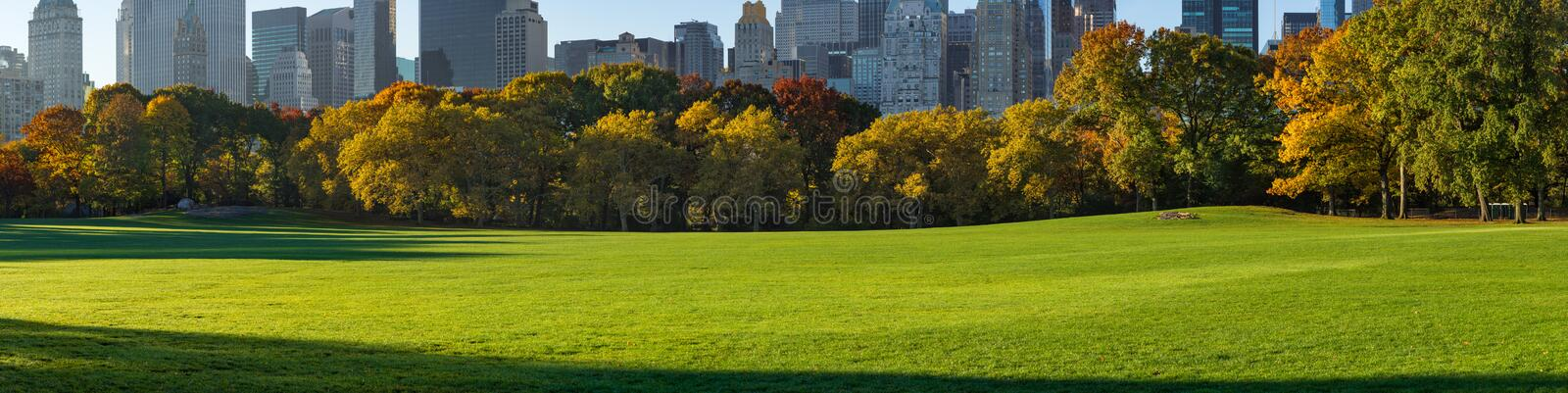 Panoramablick der Central Park-Schaf-Wiese im Sonnenlicht des frühen Morgens Manhattan, New York City stockfoto