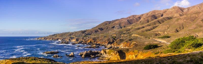 Panoramablick der drastischen Küstenlinie des Pazifischen Ozeans, Garapata lizenzfreie stockfotos