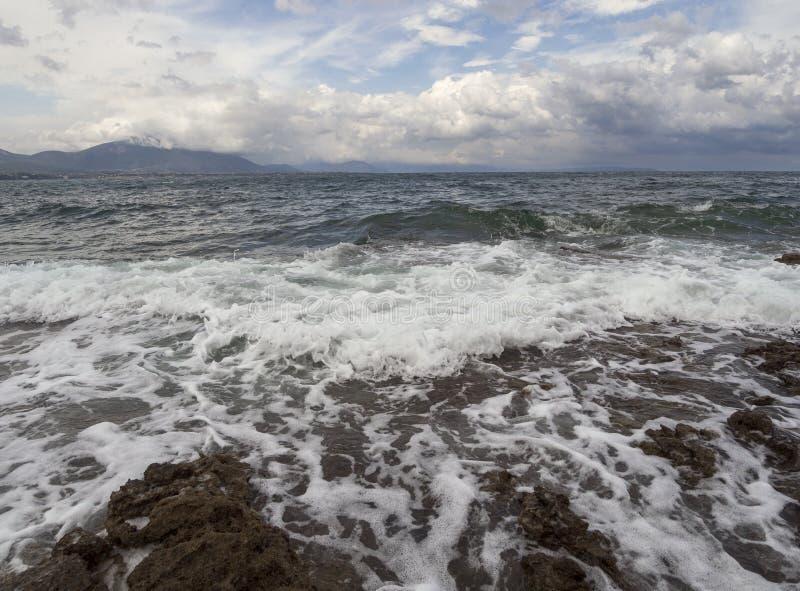 Panoramablick der erstaunlichen Sturmwolken, der Wellen und des felsigen Strandes im Ägäischen Meer an einem Sommertag auf der In stockfoto