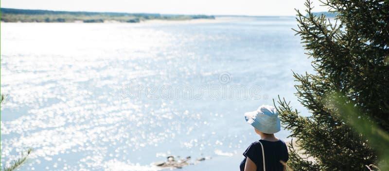 Panoramablick der Frau schauend zum schönen Fluss am sonnigen Tag lizenzfreies stockfoto