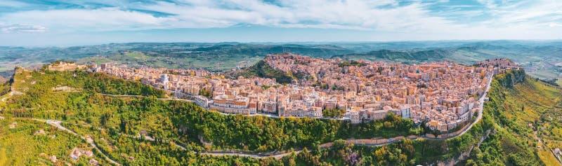 Panoramablick der Hügel, der Stadt von Enna auf dem Tal mit grünen Wiesen und der Wälder in Sizilien lizenzfreie stockfotografie