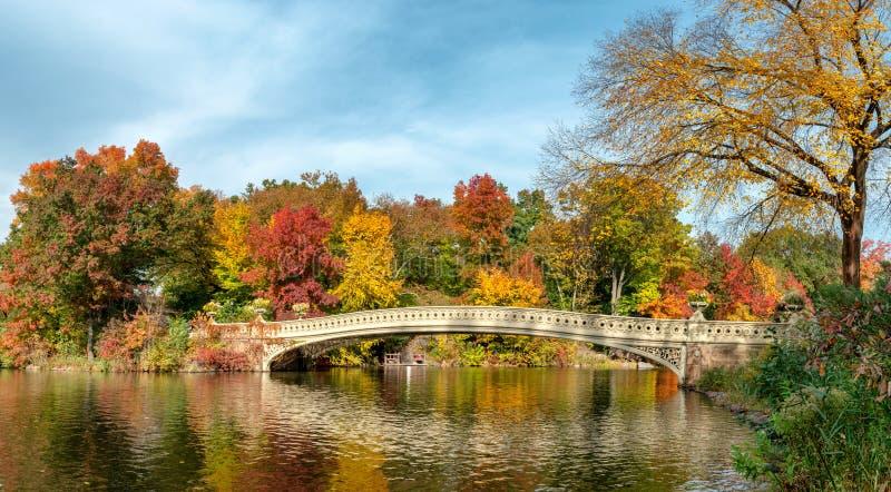 Panoramablick der Herbstlandschaft mit Bogenbrücke im Central Park New York City USA lizenzfreie stockbilder