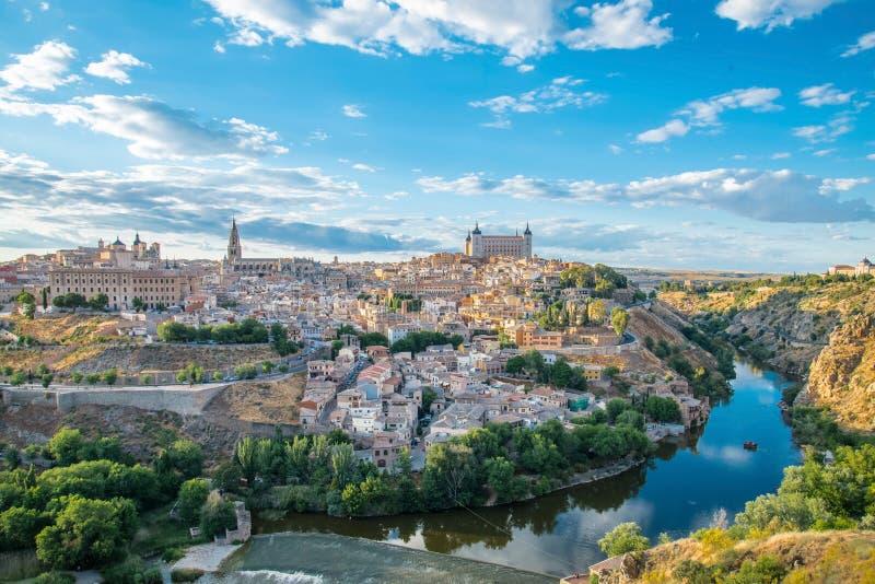 Panoramablick der historischen Stadt von Toledo mit Fluss Tajo lizenzfreie stockfotografie