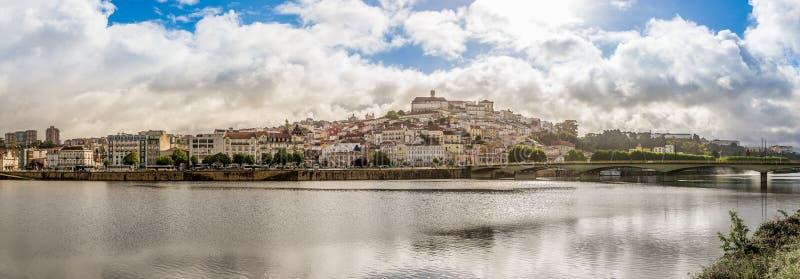 Fluss In Portugal panoramablick an der hochschulstadt coimbra mit fluss mondego