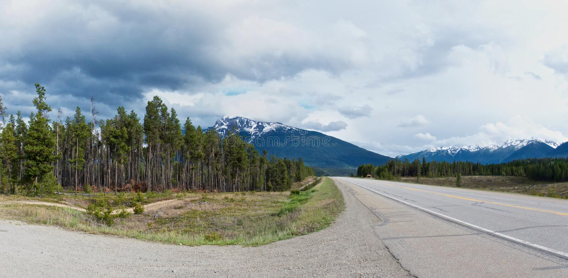 Panoramablick der Icefield-Alleenlandstraße läuft entlang die schönen felsigen Berge stockbild