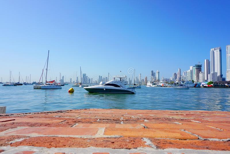 Panoramablick der Küstenlinie der Stadt und des Meeres mit blauem Himmel mit einigen Booten oder Schiffen lizenzfreies stockbild