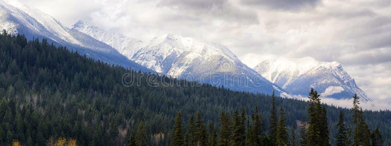 Panoramablick der kanadischen Rocky Mountains-Bergspitzen genommen von stockfotografie