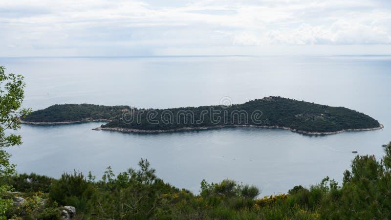 Panoramablick der Lokrum-Insel-dalmatinischen K?ste von adriatischem Meer in Dubrovnik Blaues Meer, schöne Landschaft, Vogelpersp stockfotos