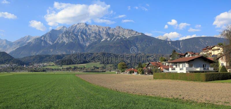 Panoramablick der Marktstadt von Wattens gegen die Karwendel-Berge Wattens, Staat von Tirol, Österreich stockbild
