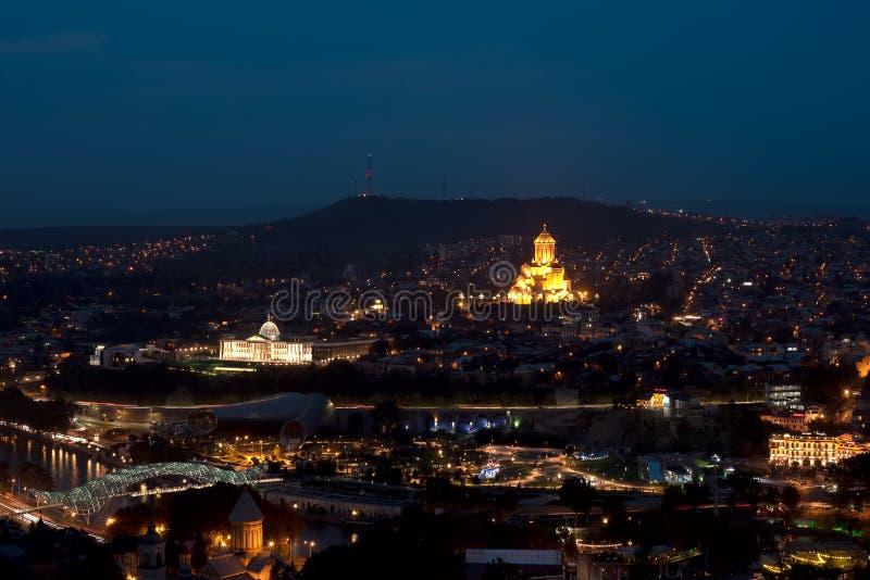 Panoramablick der Nacht Tiflis die Regierung und die Kathedrale der Heiligen Dreifaltigkeit übersehend lizenzfreie stockfotos