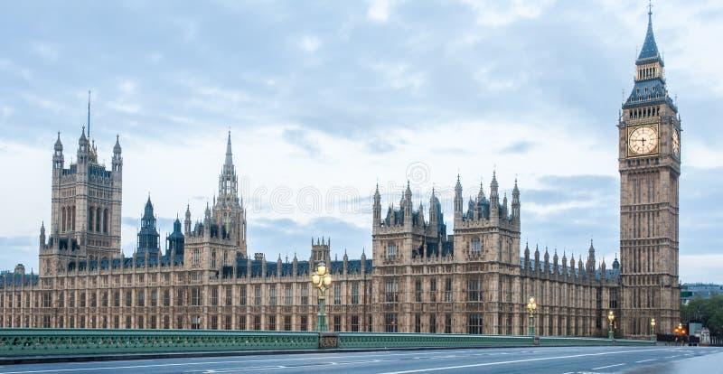 Panoramablick der Parlamentsgebäude, Palast von Westminster und von Westminster-Brücke stockbilder