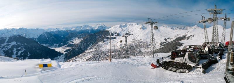 Panoramablick der Pyrenäen und der Schneepflug-LKWs stockbild