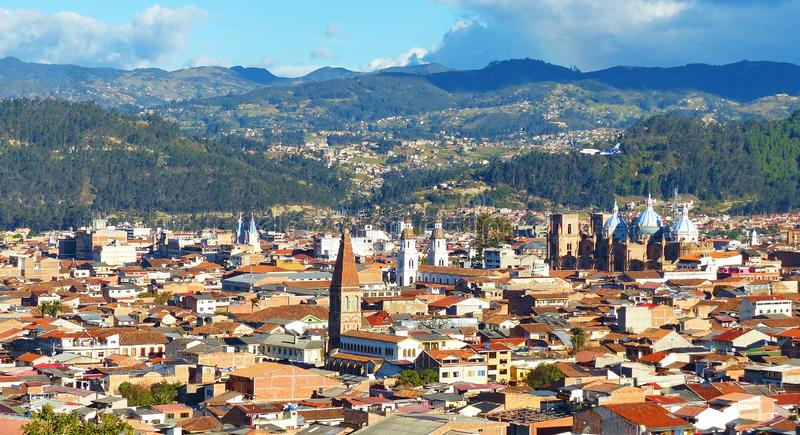 Panoramablick der Stadt Cuenca, Ecuador, mit vielen Kirchen stockfotografie