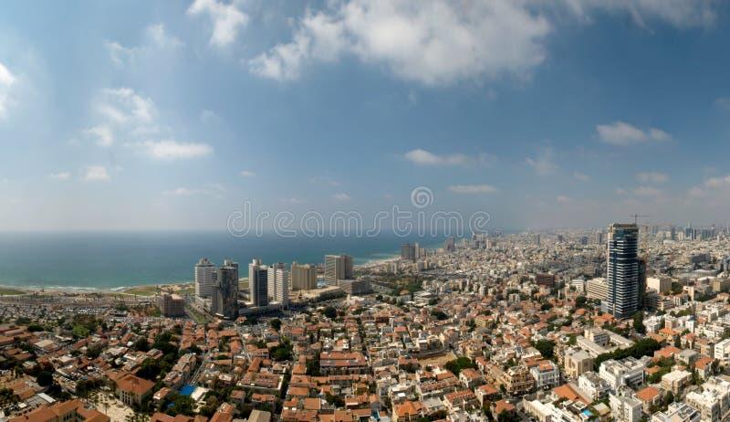 Panoramablick der Stadt durch das Meer stockbilder