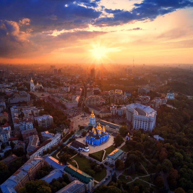 Panoramablick der Stadt von Kiew Vogelperspektive St- Michael` s der Golden-gewölbten Klosters und Sophia Cathedrals in lizenzfreies stockfoto