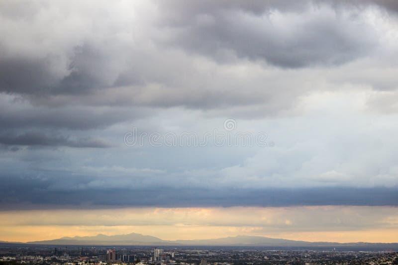 Panoramablick der Stadt von Monterrey-, Nuevo-Leà ³ n in México, von seinen Bergen und von Wolken stockfoto