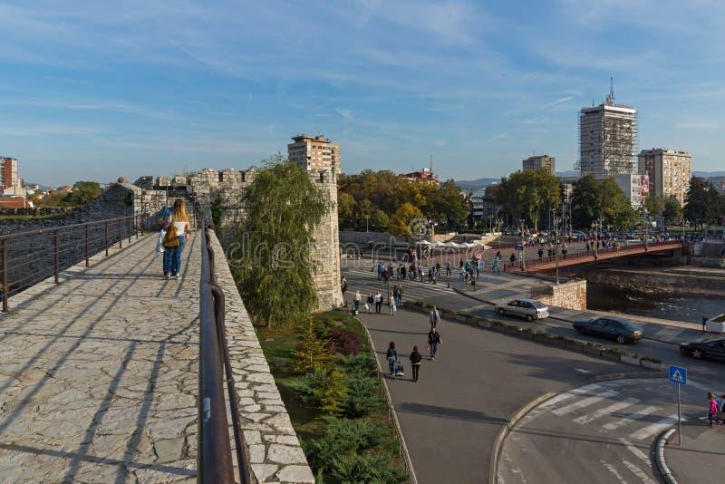 Panoramablick der Stadt von Nis und von Brücke über Nisava-Fluss, Serbien lizenzfreie stockfotografie