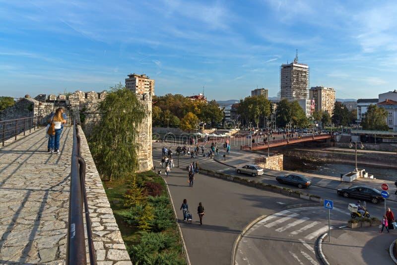 Panoramablick der Stadt von Nis und von Brücke über Nisava-Fluss, Serbien lizenzfreies stockbild