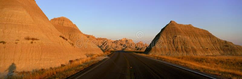Panoramablick der Straße durchlaufend Ödland-Nationalpark in South Dakota lizenzfreie stockfotografie