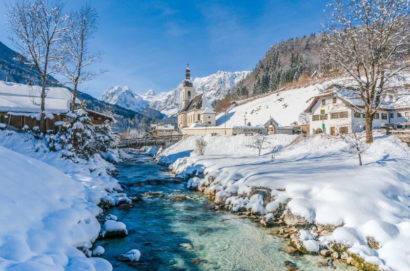 Panoramablick der szenischen Winterlandschaft in den bayerischen Alpen stockbild