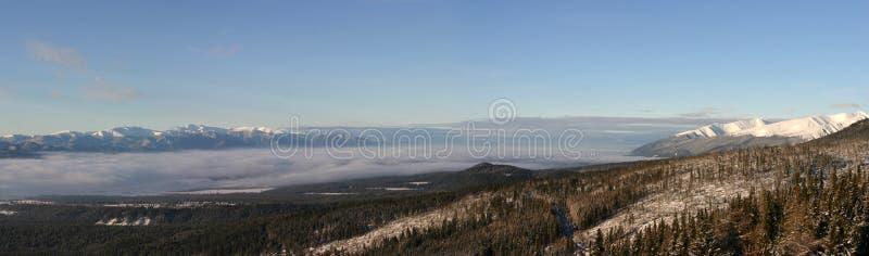 Panoramablick der Tatra-Berge früh morgens. lizenzfreie stockbilder