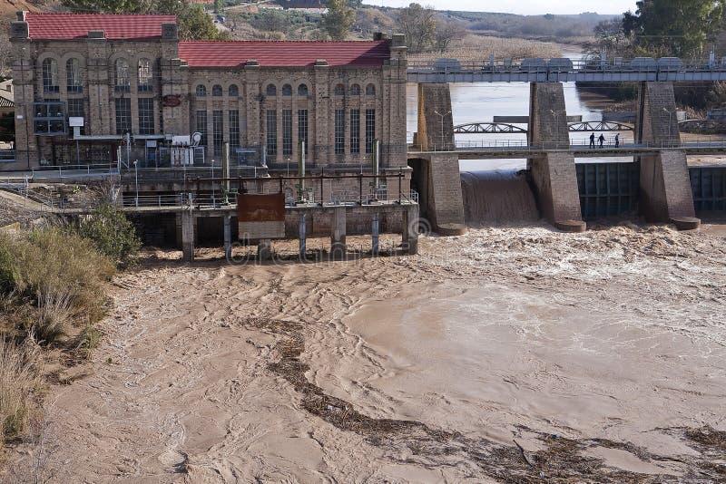 Panoramablick der Verdammung und des Wasserkraftwerks in Mengibar lizenzfreie stockfotos