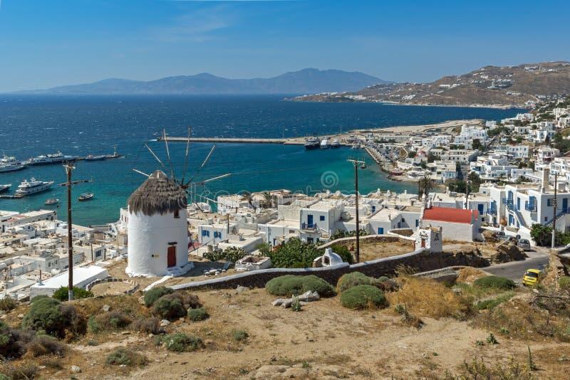 Panoramablick der weißen Windmühle und der Insel von Mykonos, Griechenland lizenzfreie stockbilder