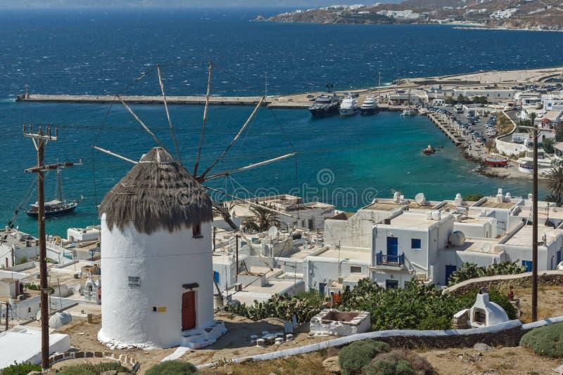 Panoramablick der weißen Windmühle und der Insel von Mykonos, Griechenland stockbild