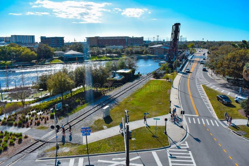 Panoramablick der Zugbrücke auf Hillsborough-Fluss und der Straße W Cass im Stadtzentrum lizenzfreies stockfoto