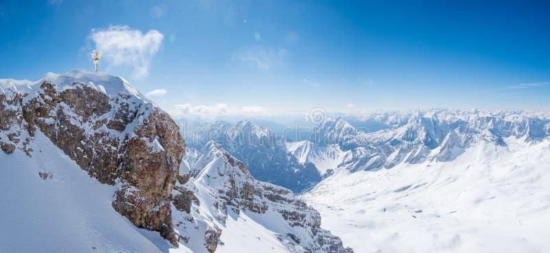 Panoramablick des Alpengebirgszugs bei Zugspitze stockbilder