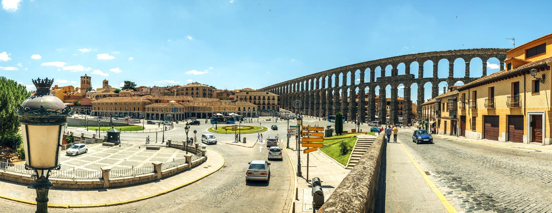 Panoramablick des berühmten alten Aquädukts in Segovia, Spanien lizenzfreie stockbilder