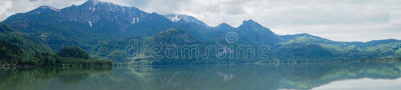 Panoramablick des Berges im Bayern nahe M?nchen lizenzfreie stockfotografie