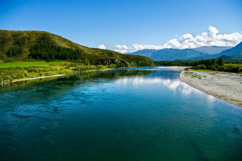 Panoramablick des breiten blauen Gebirgsflusses stockfotografie