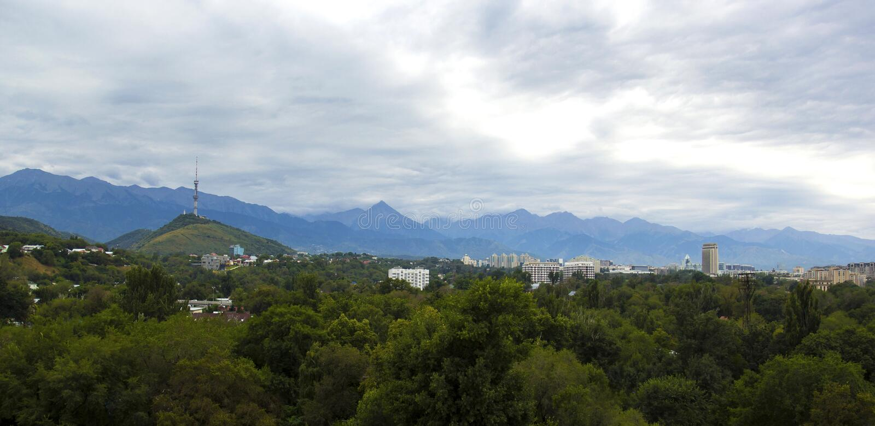 Panoramablick des Fernsehturms auf Hügel Kok Tobe und Kasachstan-Hotel, Almaty stockbilder