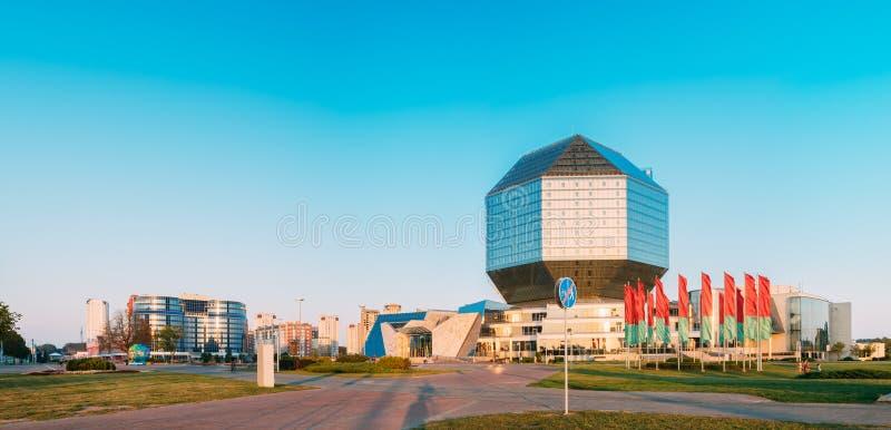 Panoramablick des Gebäudes der Nationalbibliothek von Weißrussland in der Minute lizenzfreies stockfoto