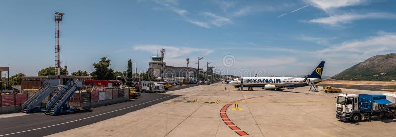 Panoramablick des Hauptterminalgebäudes und des Schutzblechs internationalen Flughafens Dubrovniks, Kroatien stockbild