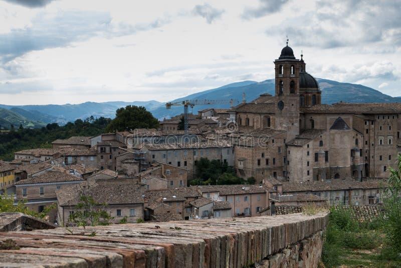 Panoramablick des herzoglichen Palastes von Urbino in Mittel-Italien mit einem drastischen Himmel lizenzfreies stockfoto