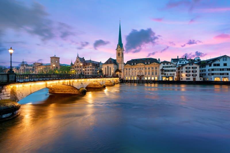Panoramablick des historischen Zürich-Stadtzentrums mit berühmtem Fraumu lizenzfreie stockfotografie