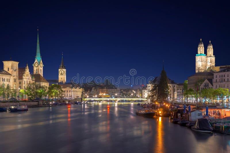Panoramablick des historischen Zürich-Stadtzentrums mit berühmtem Fraumu stockbilder